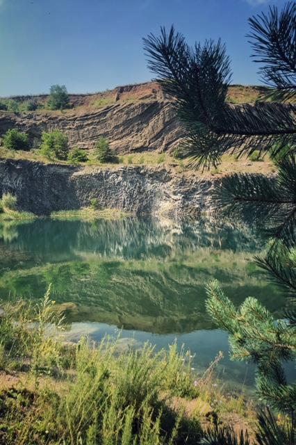 Lacul de Smarald destinaţii de weekend locuri inedite în România excursie de o zi din Bucureşti